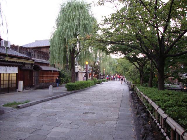 la strada con le machiya che si affacciano sullo Shirakawa
