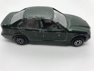 BMW 325I のおんぼろミニカーを側面から撮