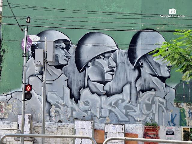 """Close-up do curioso Grafite """"Soldados"""" em Santana - São Paulo"""