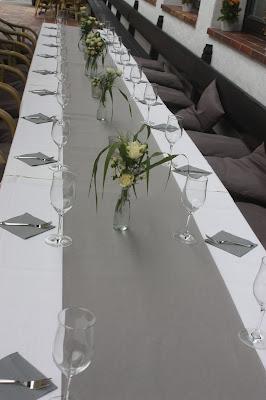 Kaffeetafel Elegante puristische Hochzeit in Creme und Silbergrau, Mann und Frau, im Riessersee Hotel Garmisch-Partenkirchen, heiraten in Bayern, wedding in grey and ivory in Germany