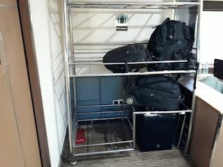 Tempat koper di kereta api priority
