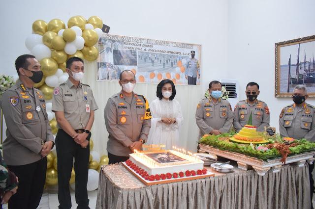 Ulang Tahun, Kapolda Jambi Irjen Pol A Rachmad Wibowo Dapat Kejutan dari Pejabat Utama Polda Jambi