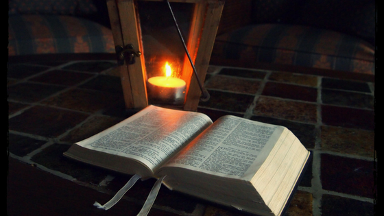 uma lampada e uma biblia