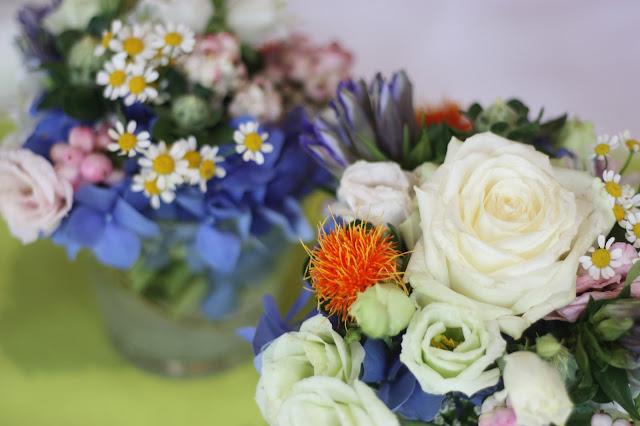 Tischdekoration, Frühlingsdekoration Herbsthochzeit mit bunten Wiesenblumen im Hochzeitshotel Garmisch-Partenkirchen Riessersee Hotel Bayern, heiraten in den Bergen