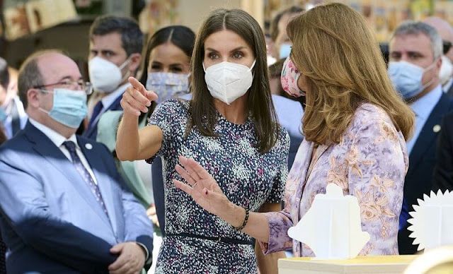 Queen Letizia wore a new ruched printed jersey dress from Hugo Boss. Carolina Herrera pumps