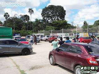 Un fragmento de la Barra Brava de Oriente Petrolero agredió a jugadores, periodista y pincharon las llantas de las movilidades en San Antonio - DaleOoo