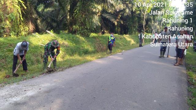 Warga Desa Rahuning I Gotong Royong Bersama Tiga Pilar Bersihkan Parit Diwilayah Kodim 0208/Asahan
