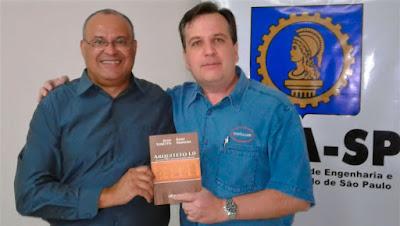 """Ênio Padilha e Jean Tosetto com o livro """"Arquiteto 1.0"""" em mãos."""