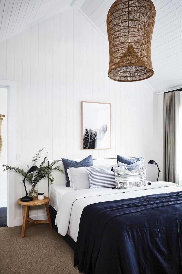 Dormitorio con ropa de cama de color Classic Blue