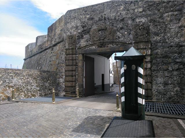 Garita a la entrada del Fuerte de São Bras en Ponta Delgada