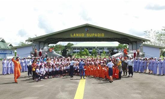 INDONESIA RAYA : Ratusan pelajar di lingkungan Lanud Supadio bersama sama menyanyikan lagu Indonesia Raya (11/11). Foto Kapentak Danlanud Supadio