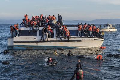 30 Οκτωβρίου 2015: Σύριοι και Ιρακινοί πρόσφυγες προερχόμενοι από την Τουρκία αποβιβάζονται από μια βάρκα στο νησί της Λέσβου.