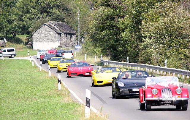 Ferrari 430 Scuderia, Ferrari 360 Spider und andere Sportwagen in Kolonne auf dem Weg ins Maggiatal