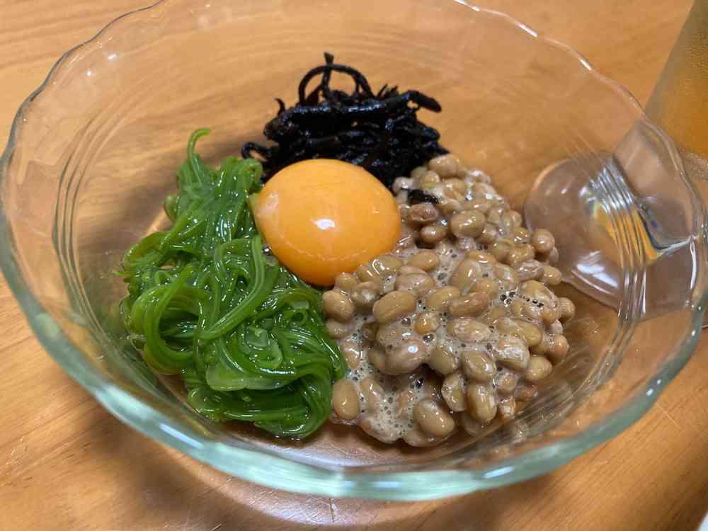 納豆、ひじき、めかぶと卵黄を和えて食べます。