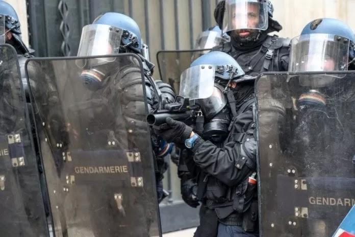 Φλέγεται το Παρίσι: Εκτεταμένα επεισόδια – Πλαστικές σφαίρες ρίχνουν τα ΜΑΤ στα «κίτρινα γιλέκα»
