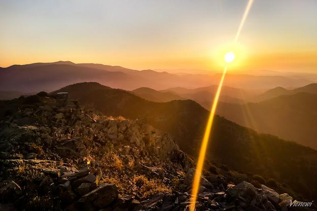 Słońce zachodzące nad górami Troodos