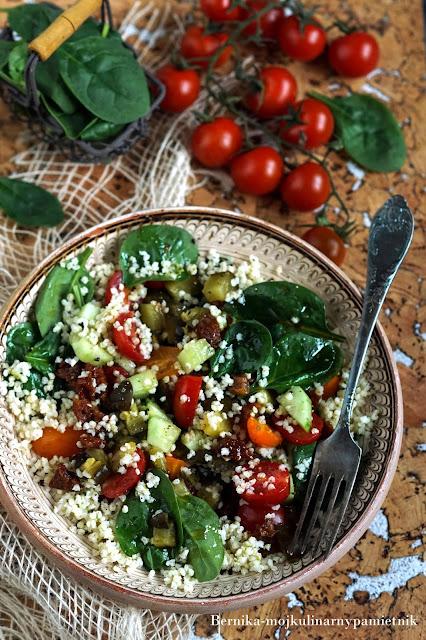 salatka, kasza jaglana, pomidory, szpinak, dieta, warzywa, bernika, kulinarny pamietnik