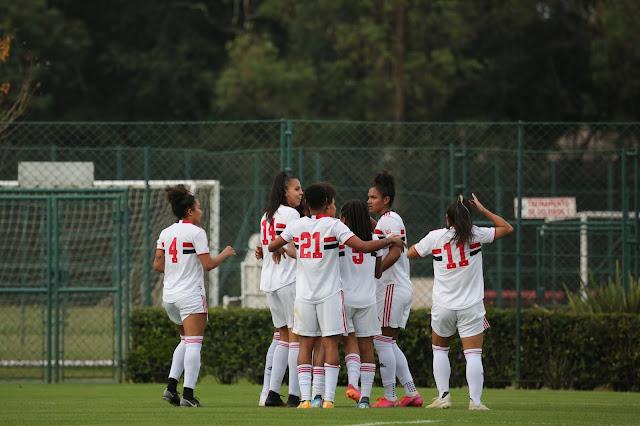 Jogadoras do São Paulo comemorando um dos gols da goleada sobre o Napoli