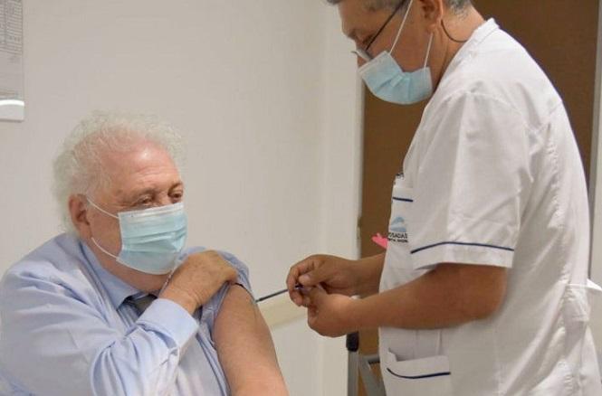 Ginés González García también se vacunó con la Sptunik V