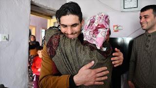 """وكالة تركية تجمع """"البطل"""" السوري محمود بتركية أنقذها عقب الزلزال (فيديو)"""