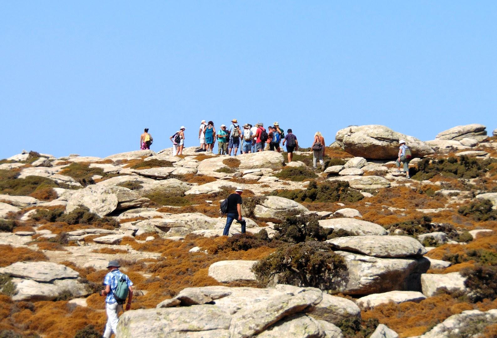 Ακολουθώντας τους «κούκους» (σωρούς από πέτρες) που με αυτές οι πεζοπόροι έχουν σημαδέψει το μονοπάτι της κορυφογραμμής