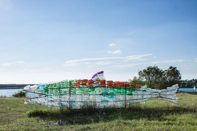 Palackokból készült halszobor a gyoroki strand mellett