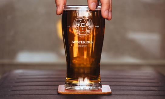 Mockup gelas bir gratis