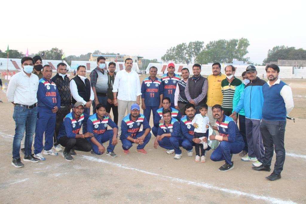 Jhabua News-कलेक्टोरेट स्पोटर्स के 5 दिवसीय क्रिकेट टुनामेंट में रोजाना हो रहे रोमांचक मुकाबले