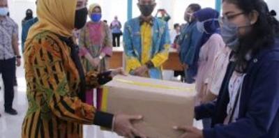 Riana Sari Arinal Berikan Bantuan Sembako bagi Mahasiswa Unila Terdampak Covid-19