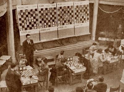 Jaume Anguera, haciendo de apuntador en el I Torneo Internacional Femenino de Ajedrez Barcelona 1949