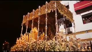 Petalada de la Esperanza de Triana en la C/Pureza en la Semana Santa de Sevilla 2019