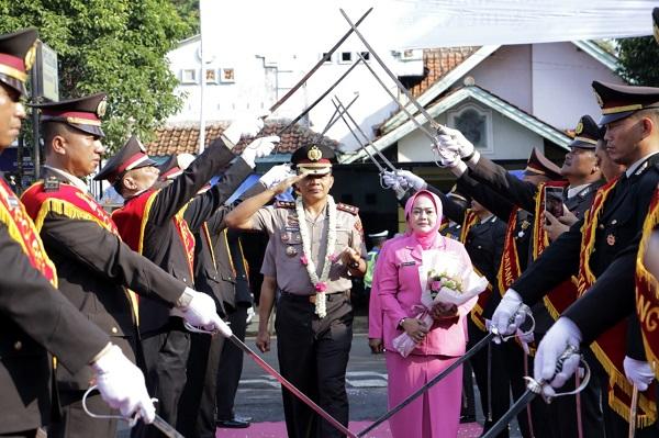 Tradisi Pedang Pora Warnai Penyambutan Kapolres Batang AKBP Abdul Waras