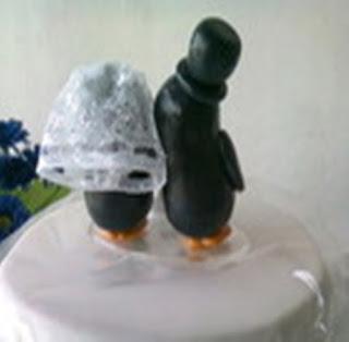 Topo de bolo de casamento noivos pinguins