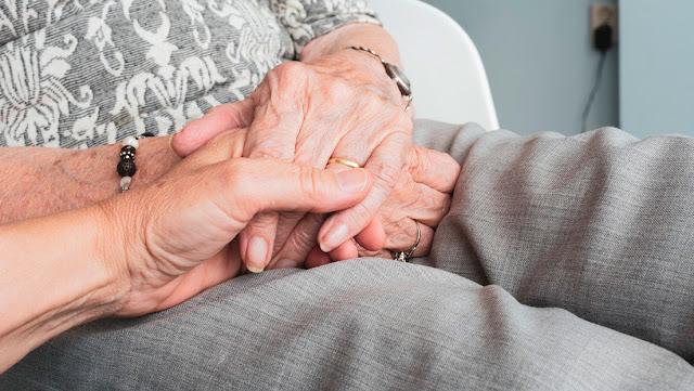 Una pareja con casi 61 años de casados muere por coronavirus con minutos de diferencia