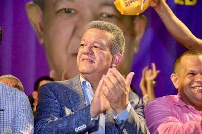 Fantasma  de una expulsión sumaria pende  sobre la cabeza del expresidente Leonel Fernández