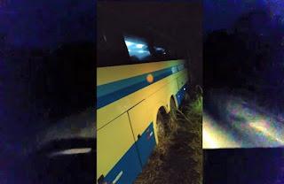 Motorista perde controle de ônibus da Novo Horizonte e cai dentro de rio
