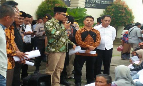 """Tolong Dengar Kami, Jelek-Jelek Begini, PKL Juga Memberikan PAD"""""""