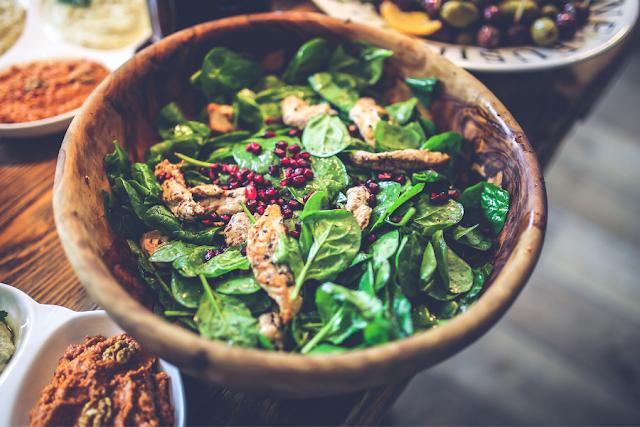 Salada simples preparada em uma tigela