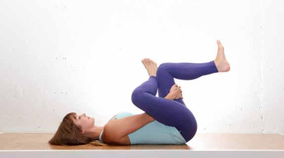 """Terbukti 100% Ampuh! Lakukan """"10 Gerakan Yoga Ini"""" Hanya Diatas Kasur Secara Rutin! Lemak Diperut Hilang dan Badan Juga Jadi Sehat dan Montok!"""