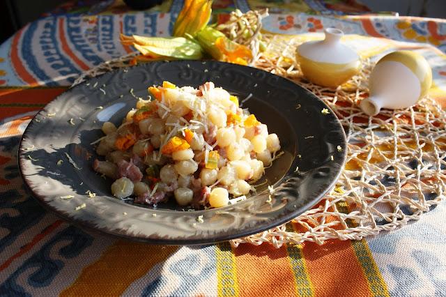 Pisarei campagnoli con salame fresco e  fiori di zucca