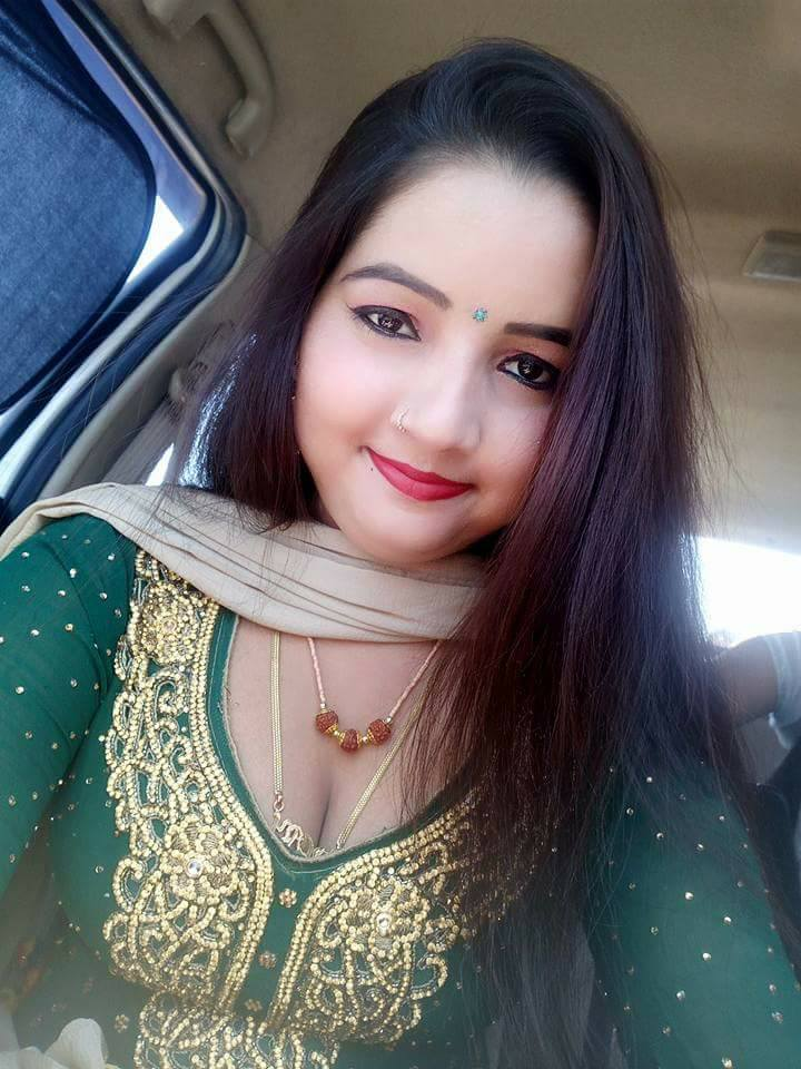 Sunita Baby (Dancer) HD Photos & Pictures Of Car In Green Dress