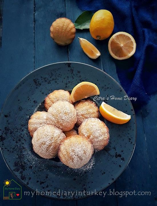 Lemon Madeleines. Easy Recipe with video   Citra's Home Diary. #classicmadeleine #madeleinerecipe #lemonmadeleine #resepkuebolukering #minicake #foodphotography #madeleinetarifi