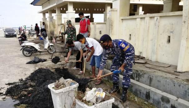 Personil Pos AL Pulau Selayar Ikut Kerja Bakti Masal Di TPI Bonehalang
