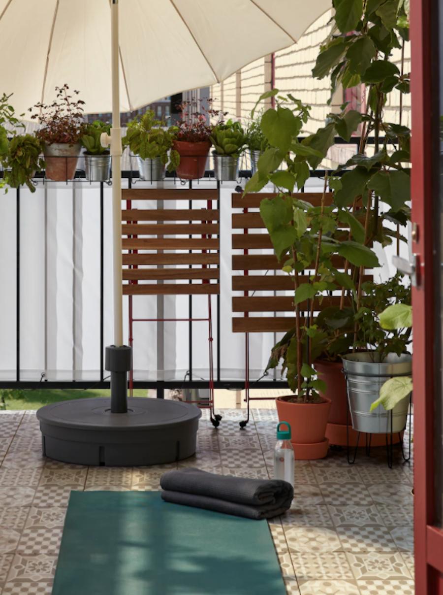 Balcón pequeño con muebles plegables