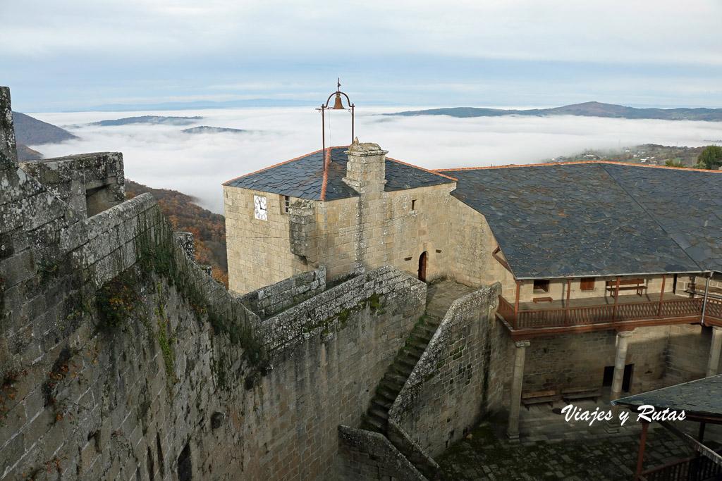 Castillo de Castro Caldelas, vistas al mar de nubes
