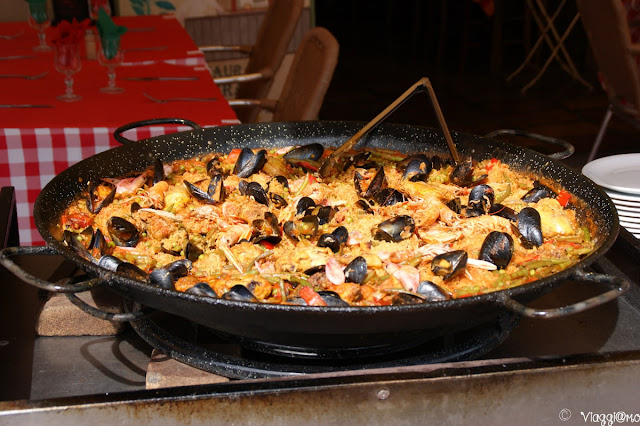 La paella è uno dei piatti tipici che si può trovare nei locali di Saintes Maries