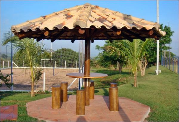 quiosque redondo de madeira com telha