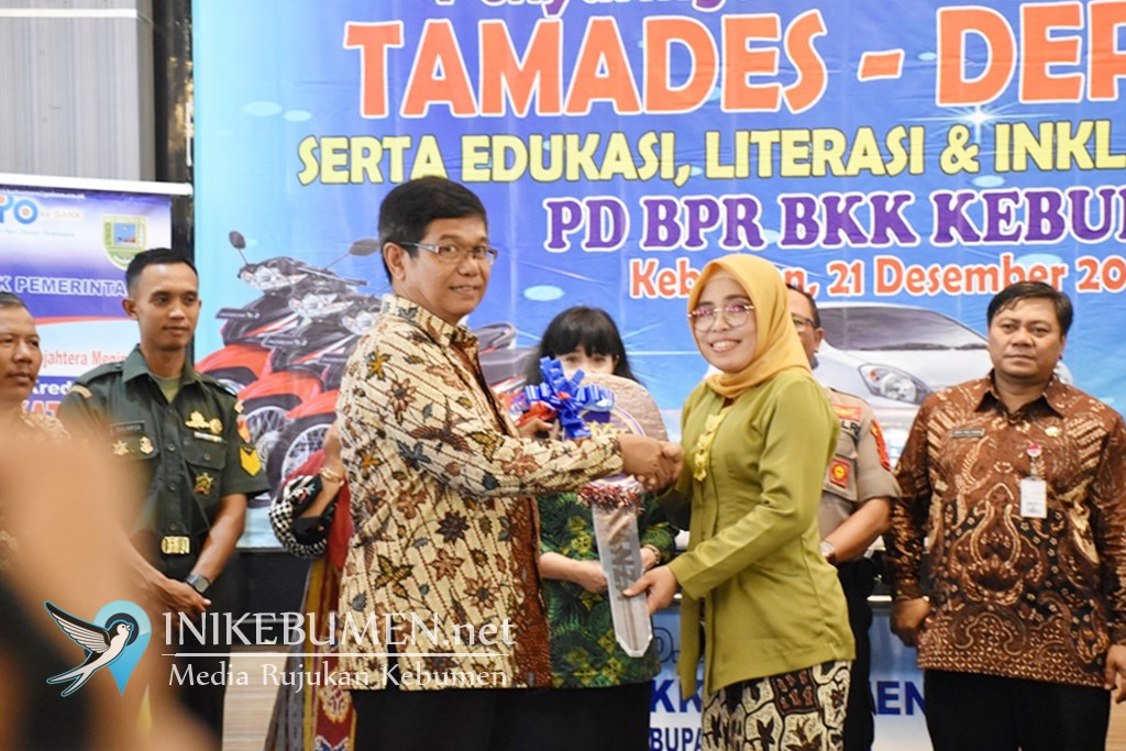 Menang Undian Tamades dan Deposito,  Dua Nasabah PD BPR BKK Kebumen Bawa Pulang Hadiah Mobil
