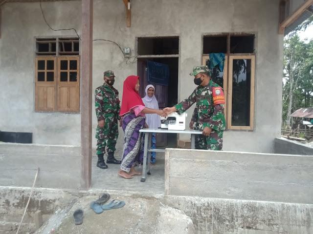 Lakukan Tugas Mulia Babinsa 01/SM; Salurkan Bantuan Mesin Jahit Dari BNPB Bekerja sama Kodam IM