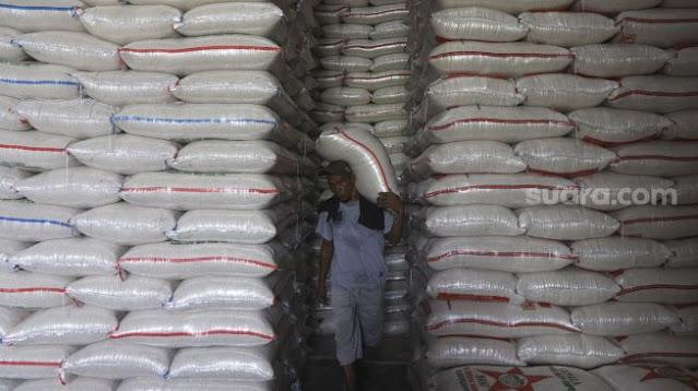 Bantuan Beras Orang Miskin di Ciranjang Bau Busuk, Tak Layak Makan
